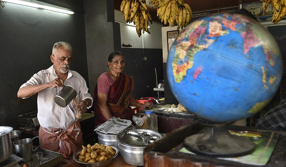 विजयन मोहना (vijayan mohana tea-seller couple)