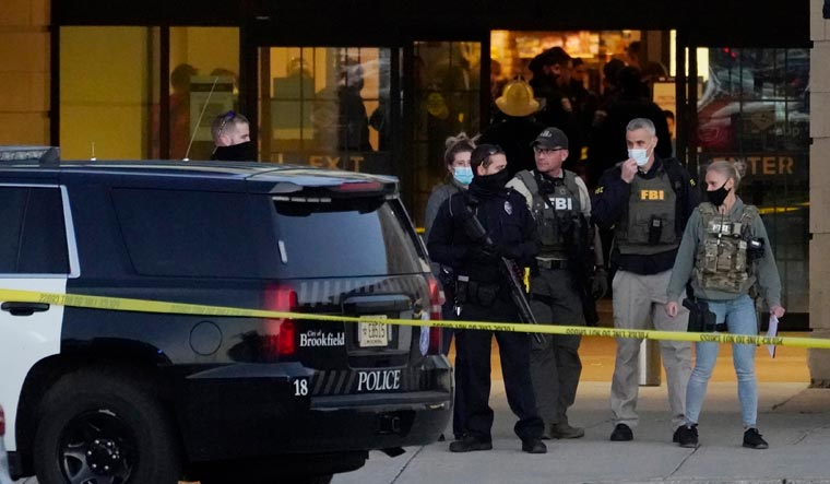 US:  in mall injured suspect in shooting at 8 at Milwaukee,